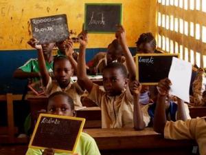 Des élèves de l'école de Kinguembé à Dolisie