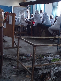 femmes en train de faire de la formation coiffure ou pâtisserie dans les locaux dégradés de la MJCSC.