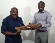 Jean-Aimé Mouloungui remettant la CLE duPCPA à Justin Placide Coddy, nouveau président du Comité de pilotage.