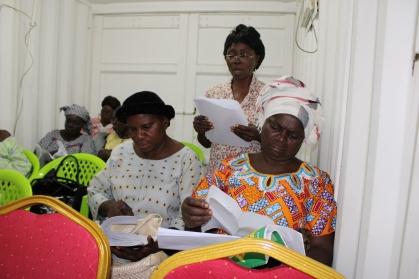Vue de la salle pendant une réunion avec les membres du bureau de l'Association des Veuves du Congo (AVC)