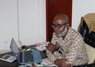 Paul kampakol dans son bureau