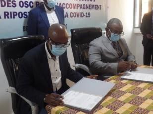 Paul Kampakol et Cephas Ewangui lors de la signature de l'accord de partenariat